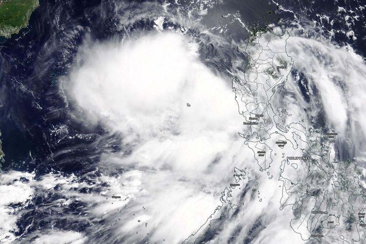 Instrumen MODIS yang terbang di atas satelit Terra NASA memberikan gambar yang terlihat dari Siklon Tropis Nuri yang baru berkembang. Dalam gambar ini menunjukkan sekumpulan badai mengelilingi pusat sirkulasi, dan terletak antara Filipina dan Pulau Hainan, China.