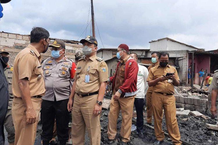 Walikota Jakarta Barat Uus Kuswanto ketika melakukan tinjauan pengungsi kebakaran Jalan Pedongkelan, Kelurahan Kapuk dan Kelurahan Cengkaremg Timur pada Senin (14/12/2020).