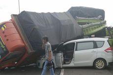 Kecelakaan Beruntun Terjadi di Tol JORR, Mobil Pribadi Tergencet Truk