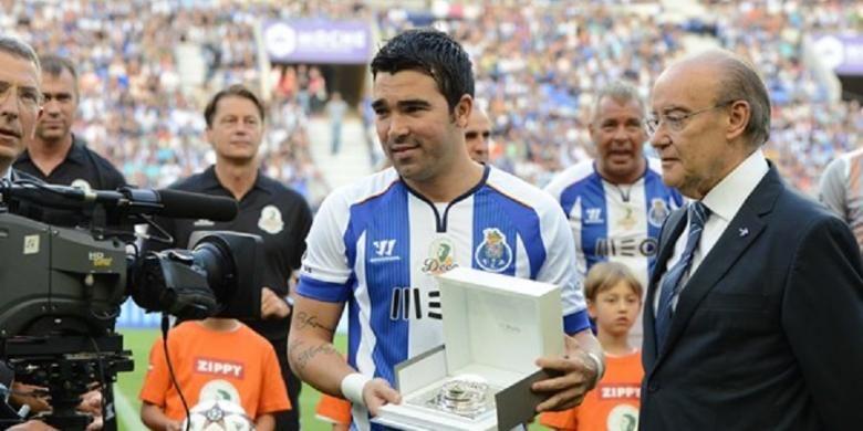 Mantan gelandang Barcelona dan FC Porto, usai pertandingan testimonial untuknya, antara FC Porto 204 dan Barcelona 2006, di Estadio do Dragao, Porto, 25 Juli 2014.