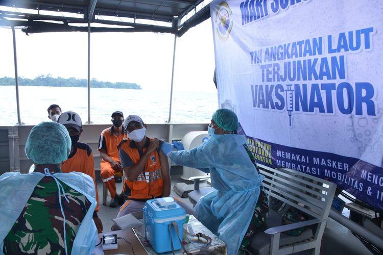 Sejumlah warga menjalani vaksinasi di atas Kapal perang Republik Indonesia (KRI) Clurit-641 di Pulau Kelapa, Kepulauan Seribu, Jakarta.