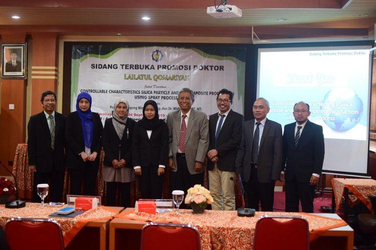 Lailatul Qomariyah berpose bersama para promotor dan penguji disertasinya dalam sidang terbuka yang digelar di kampus UTS Surabaya pada hari Rabu (4/9/2019).(Doc Lailatul Qomariyah)