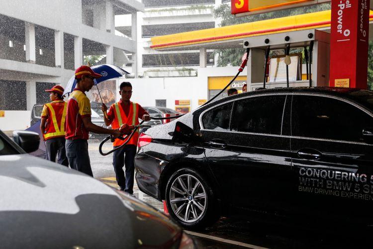 Petugas SPBU Shell mengisi bahan bakar minyak (BBM) jenis Shell V-Power ke mobil BMW 520i Luxury saat acara flag-off dari BMW Driving Experience di SPBU Shell, Jalan Gatot Subroto, Menteng Dalam, Jakarta, Senin (12/3/2018). Program BMW Driving Experience merupakan kegiatan untuk menempuh lima kota besar sejauh 900 kilometer dengan mengendarai BMW Seri 5, salah satunya BMW 520i Luxury yang memiliki mesin 4-silinder BMW TwinPower Turbo serta memakai bahan bakar berkualitas.