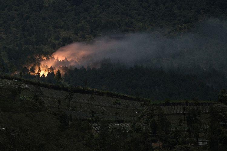 Kobaran api yang membakar hutan pinus di lereng bagian timur Gunung Slamet pada petak 58a, terlihat dari Desa Serang, Karang Reja, Purbalingga, Jateng, Kamis (12/9/2019). Kobaran api semakin meluas karena upaya pemadaman yang masih terus dilakukan oleh seratusan personel gabungan dari SAR, Polisi dan warga, terkendala medan yang sulit dan tidak tersedianya pasokan air serta peralatan untuk melakukan pemadaman.
