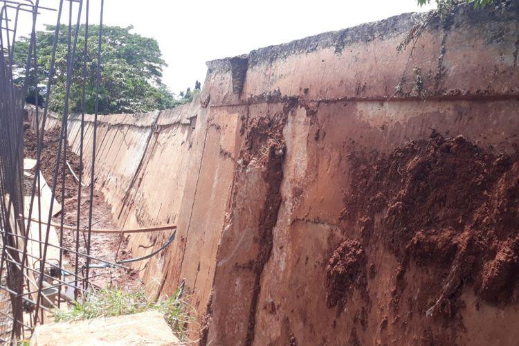 Tampak Tanggul Kali Bekasi di Perumahan Kemang Pratama, Jalan Express Raya, Rawalumbu, Kota Bekasi kembali longsor dan miring ke arah Kali, Rabu (2/1/2019).