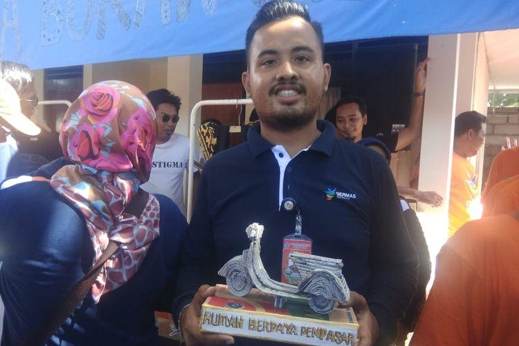 Kadek Arimbawa melukis, membuat topeng serta patung di Rumah Berdaya Denpasar, komunitas orang dengan gangguan jiwa yang didirikan oleh dr I Gusti Rai SpKJ, spesialis kejiwaan dari Bali.