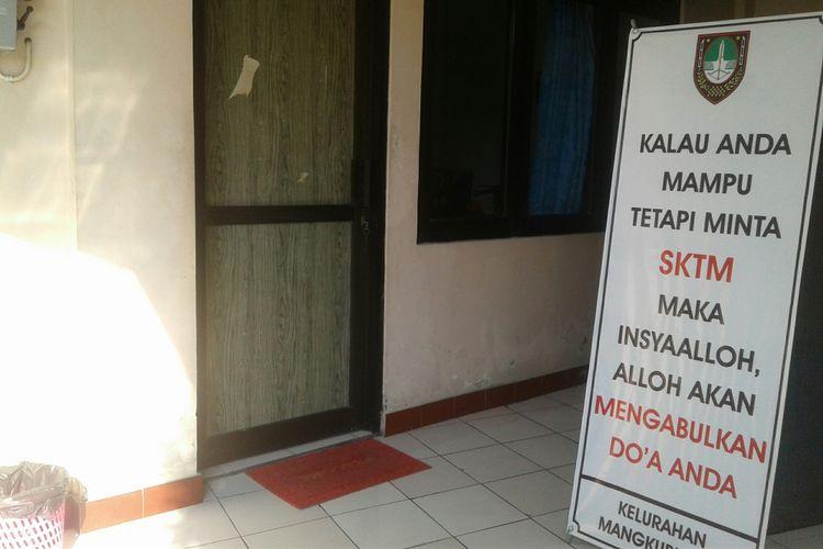 Kelurahan Mangkubumen, Solo, Jawa Tengah memasang banner untuk mengedukasi warga masyarakat di kelurahan setempat, Kamis (12/7/2018).