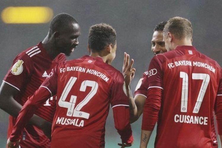 Skuad Bayern Muenchen saat merayakan salah satu gol ke gawang Bremer SV pada putaran pertama DFB Pokal musim 2021-2022 di Stadion Weser, Kamis (26/8/2021) dini hari WIB.