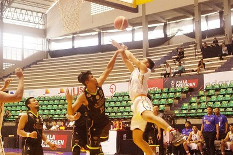 Laga sengit antara penghuni grup A, Satya Wacana Salatiga vs Pacific Caesar pada hari ketiga Piala Presiden Basket 2019
