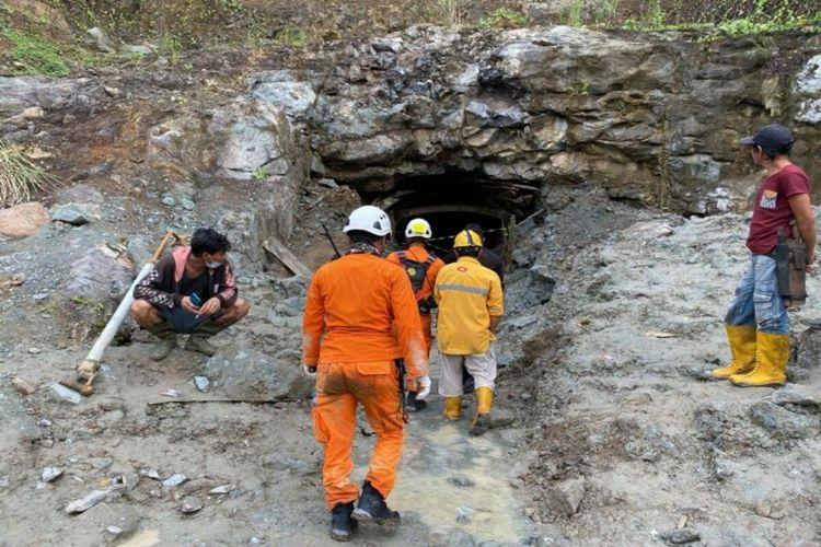 Tim SAR saat berada di lokasi tambang untuk lakukan evakuasi