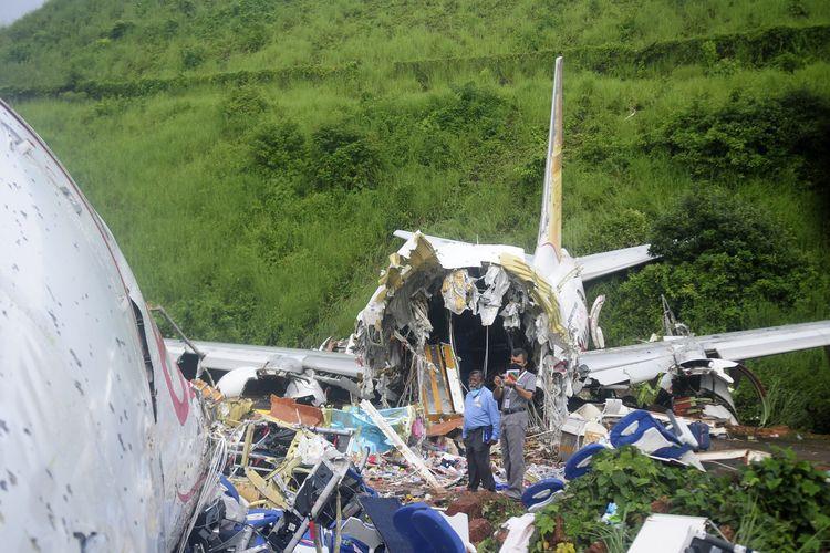 Puing-puing pesawat Air India Express 1344 yang jatuh di Bandara Kozhikode, Negara Bagian Kerala, India, Jumat (7/8/2020). Pesawat tergelincir keluar landasan saat mendarat karena hujan badai, dan patah jadi dua.