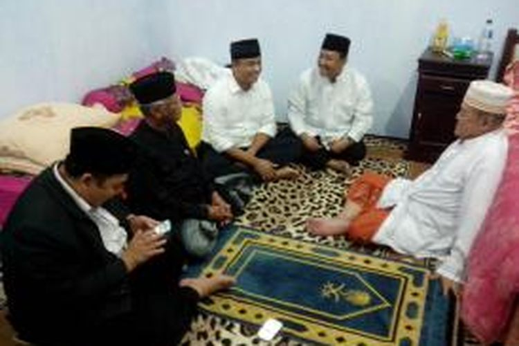 Anis Baswedan (tiga dari kiri) ditemui KH.Idris Marzuki pengasuh Pesantren Lirboyo  Kediri , Jawa Timur, Minggu (22/12/2013).