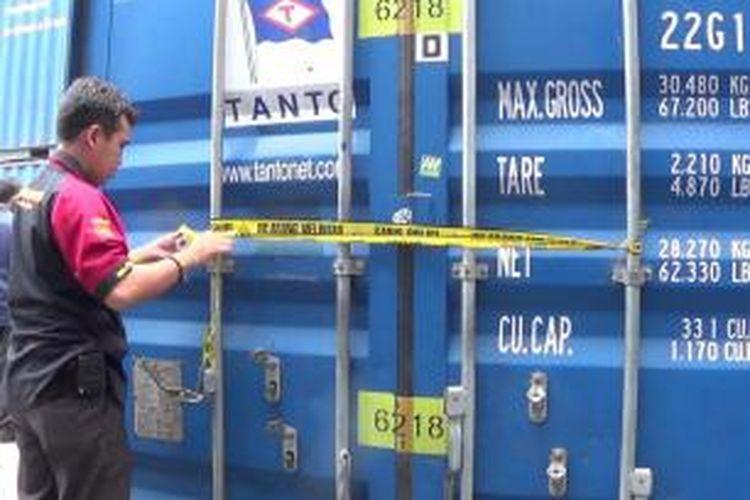 Kontainer tempat ditemukannya mayat perempuan diberi garis polisi.