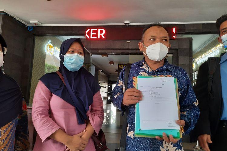 S (40), guru TK di Kota Malang yang terjerat Pinjol bersama kuasa hukumnya usai melapor ke Mapolresta Malang Kota, Kamis (20/5/2021).