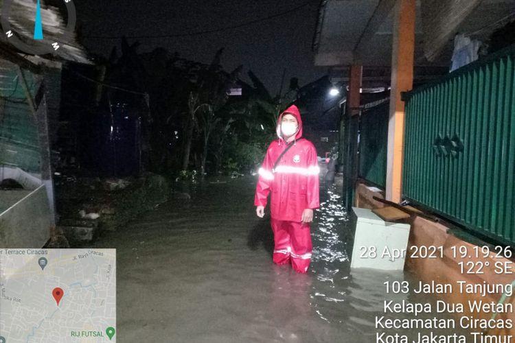 Hujan yang mengguyur sejak Rabu (28/4/2021) sore membuat beberapa wilayah di DKI Jakarta tergenang air. Salah satunya di Jalan Tanjung RW 02 Kelurahan Kepala Dua Wetan, Kecamatan Ciracas, Jakarta Timur.
