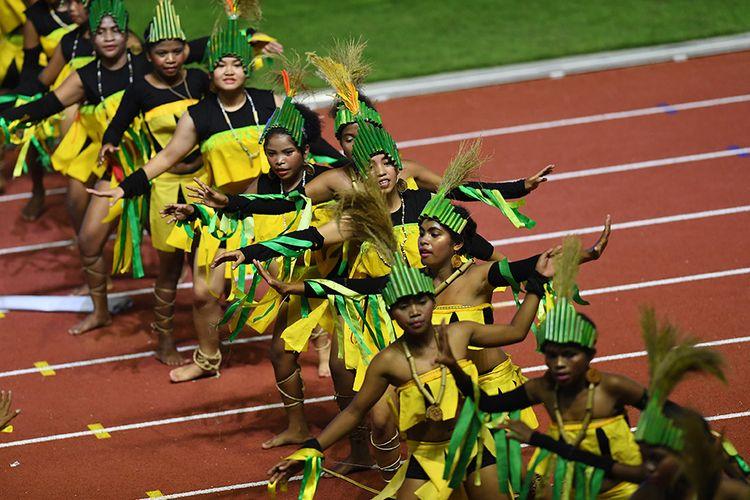 Sejumlah seniman membawakan tari khas warga Filipina dalam upacara penutupan SEA Games ke-30 di Stadion Atletik New Clark, Filipina, Rabu (11/12/2019). SEA Games ke-30 di Filipina resmi ditutup dan akan digelar kembali di Vietnam pada 2021.
