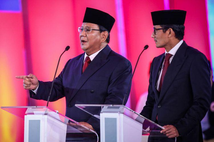 Pasangan calon presiden dan wakil presiden nomor urut 2, Prabowo Subianto dan Sandiaga Uno memberikan penjelasan saat debat pilpres pertama di Hotel Bidakara, Jakarta Selatan, Kamis (17/1/2019). Tema debat pilpres pertama yaitu mengangkat isu Hukum, HAM, Korupsi, dan Terorisme.