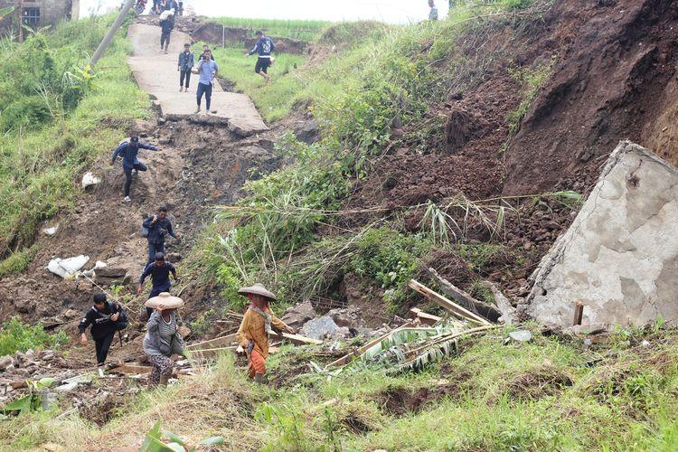 Kondisi jalan di Desa Batulawang, Kecamatan Cipanas, Kabupaten Cianjur, Jawa Barat, yang terputus akibat pergerakan tanah.