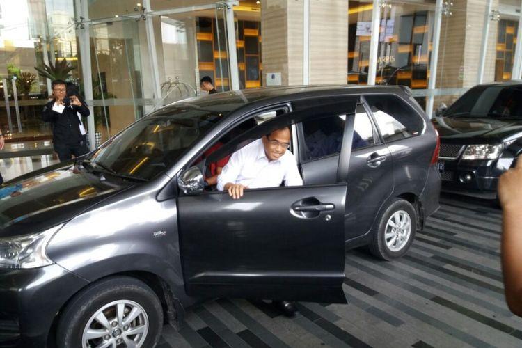 Menteri Perhubungan Budi Karya Sumadi saat mengunakan taksi online menuju salah satu hotel di Jakarta, Rabu (25/10/2017).