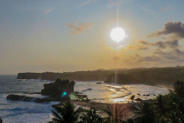 Pantai Klayar Pacitan pada sore hari.