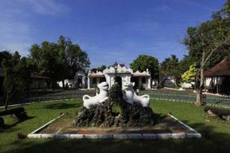 Halaman Keraton Kasepuhan Cirebon, Rabu (6/7/2011). Keraton didirikan tahun 1529 oleh Pangeran Mas Mochammad Arifin II yang merupakan cicit Sunan Gunung Jati. Di dalam keraton juga terdapat museum berisi benda pusaka, lukisan koleksi kerajaan serta kereta singa barong.