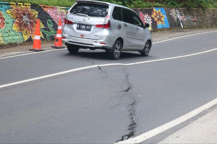 Ruas jalan di Kawasan Payung 1 Kota Batu yang retak, Senin (15/2/2021)