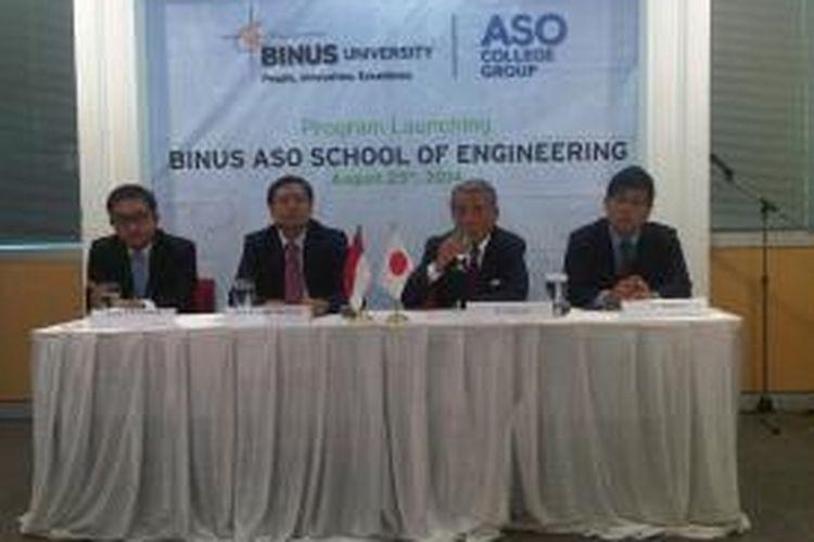 Rektor Binus University Prof Harjanto Prabowo (kedua dari kiri) dan CEO of ASO College Group, Yutaka Aso, pada jumpa pers Binus-ASO School of Engineering (Base) di The Joseph Wibowo Center, Senin (25/8/2014).