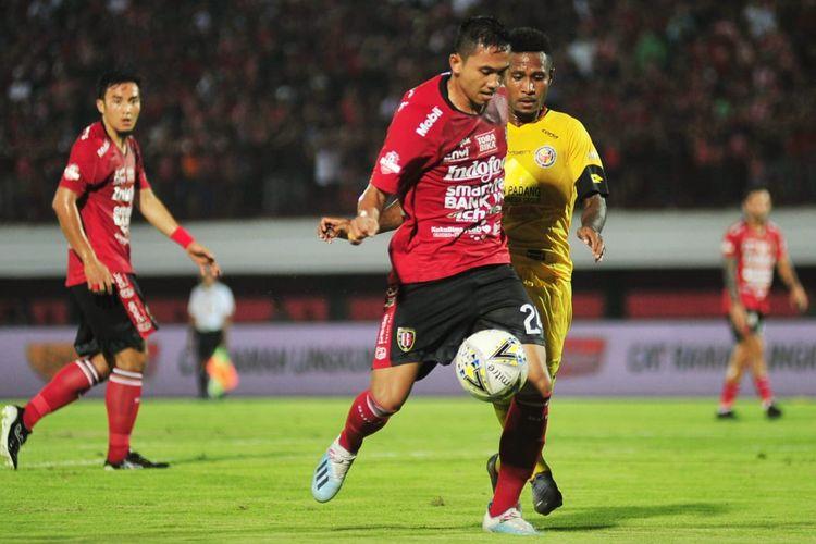 Bek Bali United, Ricky Fajrin, dikawal pemain Semen Padang di Stadion I Wayan Kapten Dipta, Jumat (9/8/2019).