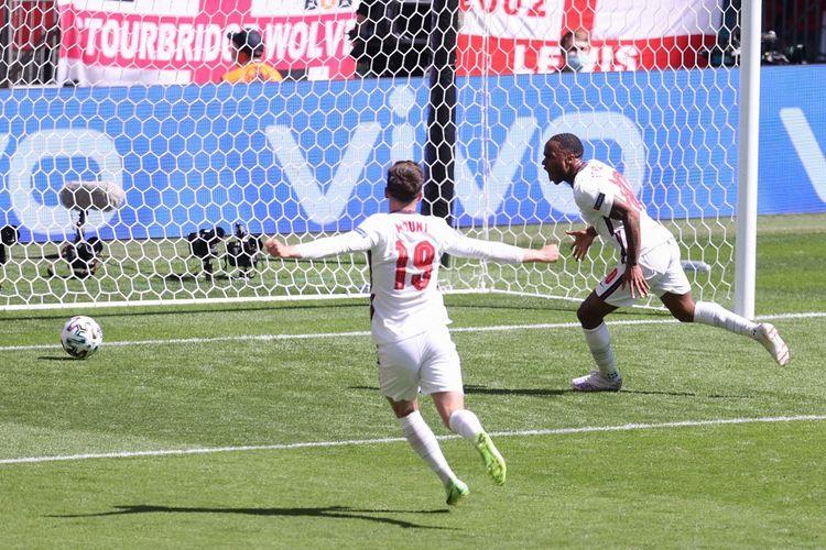 Winger timnas Inggris Raheem Sterling (kanan) berselebrasi usai mencetak gol ke gawang Kroasia pada laga pembuka Grup D Euro 2020 di Stadion Wembley, London, Minggu (13/6/2021).