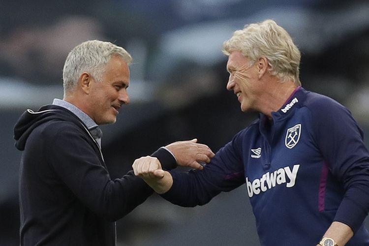 Pelatih Tottenham Hotspur Jose Mourinho (kiri) menyapa manajer West Ham United David Moyes dengan beradu siku di Stadion Tottenham Hotspur di London, Selasa (23/6/2020). Sejalan dengan upaya orang-orang menghindari berjabat tangan di tengah pandemi virus corona, muncul beragam cara memberi salam yang dinilai jauh lebih aman.