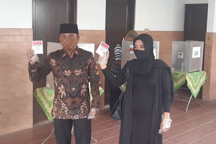 Calon Wali Kota Solo nomor urut 02 Bagyo Wahyono didampingi istri mencoblos di TPS 8 Kelurahan Penumping, Laweyan, Solo, Jawa Tengah, Rabu (9/12/2020).