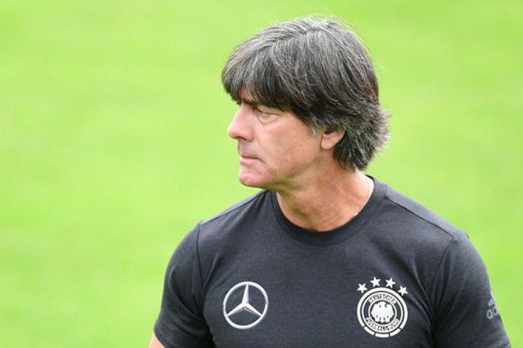 Pelatih Jerman, Joachim Loew, memimpin sesi latihan timnya di Rungghof training center, Bolzano, Italia pada 24 Mei 2018.