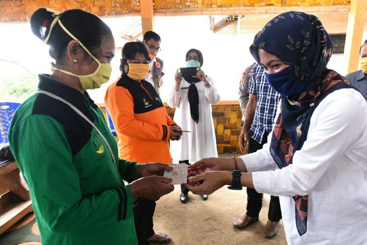 Bupati Luwu Indah Putri Indriani salurkan bantuan ke Kecamatan Seko ,Rabu(8/4/2020)