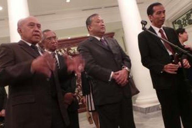 Gubernur DKI Jakarta Joko Widodo, Gubernur Bangkok Sukhumband Paribatra (dari kanan ke tengah) melakukan pertemuan di Balaikota, Jakarta. Mereka saling belajar penyelesaian permasalahan yang ada di masing-masing kotanya.