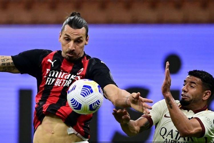 Zlatan Ibrahimovic berebut bola dengan bek asal Brasil, Bruno Peres, pada laga AC Milan vs AS Roma di pekan kelima Liga Italia, 26 Oktober 2020.