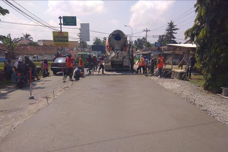 Ruas jalur selatan di Kabupaten Banyumas, Jawa Tengah, dicor beton, beberapa waktu lalu.
