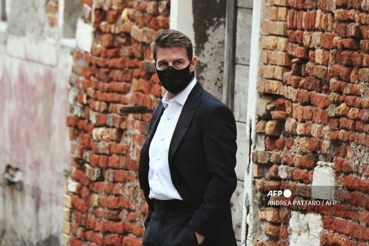 Tom Cruise tampak mengenakan masker saat syuting film Mission: Impossible 7 di Venice pada 20 Oktober 2020
