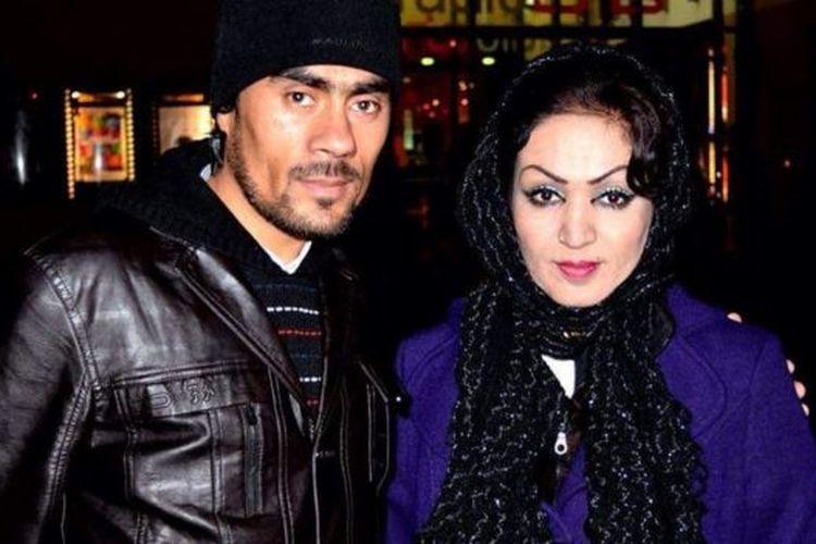 Emal Zaki (kiri) mengatakan istrinya ditembak dan dipukul di bagian perut.