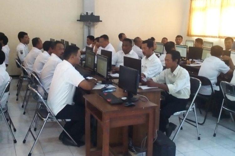 Ilustrasi. Peserta mengikuti seleksi Penerimaan Pegawai Pemerintah dengan Perjanjian Kerja (PPPK), menggunakan sistem Computer Assisted Test Ujian Nasional Berbasis Komputer (CATUNBK) di SMKN 1 Trenggalek, Sabtu (23/02/2019).
