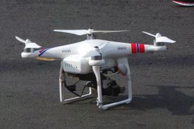 Sebuah drone milik Ditlantas Polda Metro Jaya yang digunakan untuk pemantauan aksi demo buruh saat May Day di Bundaran HI, Jakarta Pusat. Jumat (1/5/2015).