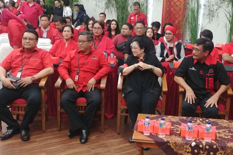 Ketua Umum PDI-P Megawati Soekarnoputri dan jajaran menghadiri acara peluncuran atribut dan tagline milenial di Kantor DPP PDI-P, Jakarta, Kamis (20/9/2018).
