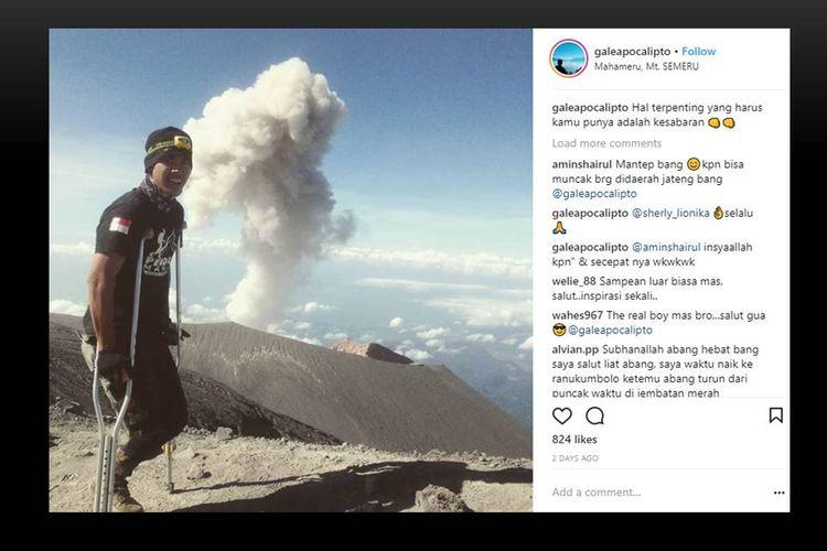 Pendaki berkaki satu, Tri Gale Wile (19), saat menaklukkan Puncak Mahameru. Keterbatasan fisik tak menyurutkan semangatnya untuk mendaki.