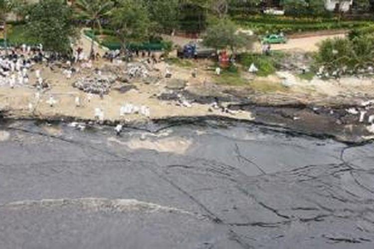 Sebuah pantai pulau di dekat Bangkok, Thailand, tercemar tumpahan minyak dari kebocoran pipa milik perusahaan kimia Thailand. Wisatawan diungsikan, dan tentara dikerahkan untuk membersihkan perairan itu.
