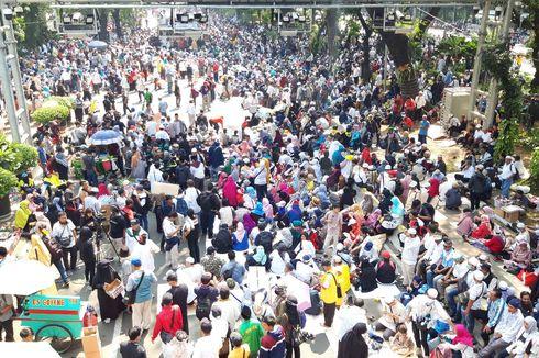 Sebelum Aksi, Massa di MK Nyanyi Lagu Indonesia Raya dan Doa Bersama