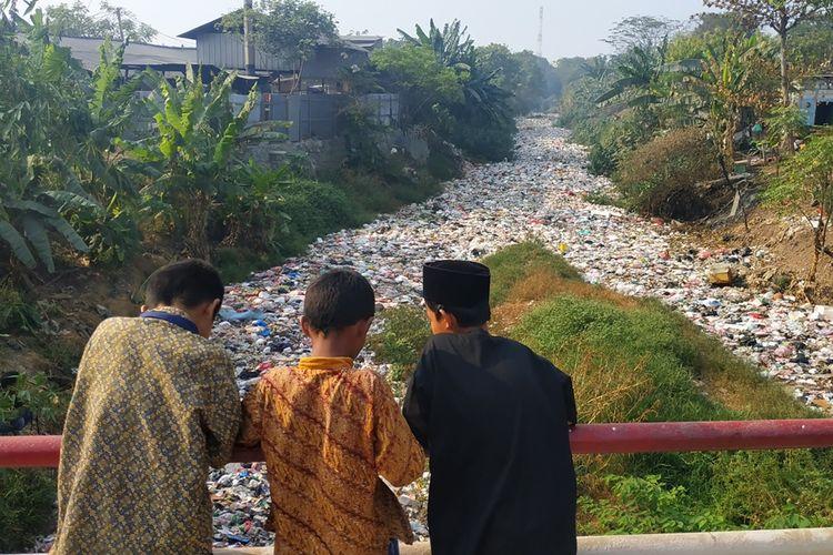 Tutupan sampah anorganik di Kali Jambe, perbatasan Desa Mangunjaya dan Desa Karangsatria, Tambun Selatan, Kabupaten Bekasi.