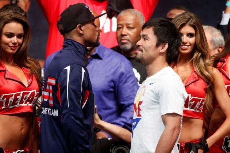 Petinju Amerika Serikat, Floyd Mayweather (tengah kiri), dan petinju Filipina, Manny Pacquiao (tengah kanan), saling berhadapan muka pada acara timbang badan di Las Vegas, Jumat (1/5/2015). Keduanya akan menjalani mega tarung di MGM Grand Garden Areana, Sabtu (2/5/2015).
