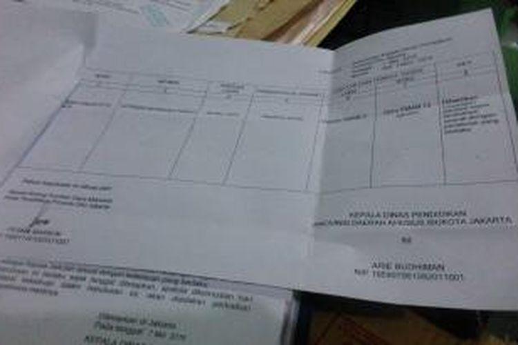 Surat Keputusan (SK) pemberhentian Retno Listyarti, telah diterima bagian Tata Usaha SMAN 13, Jakarta Utara, Senin (18/5/2015), meski belum ditandatangani Kepala Dinas Pendidikan DKI, Arie Budhiman.