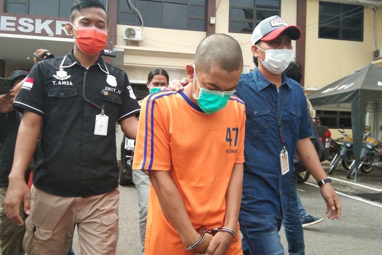 SPD (44), seorang PNS asal Kabupaten Purwakarta (baju orange), saat digelandang polisi di Mapolres Karawang, Kamis (16/7/2020). SPD tega mencabuli lima anak lelaki asal Cikampek, Karawang.