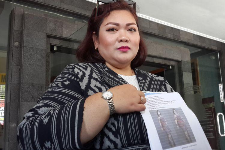 Maulina Pia Wulandari, salah satu dosen di Universitas Brawijaya, Kota Malang saat menunjukkan gambar berisi fotonya yang viral di Mapolres Malang Kota, Kamis (26/7/2018)