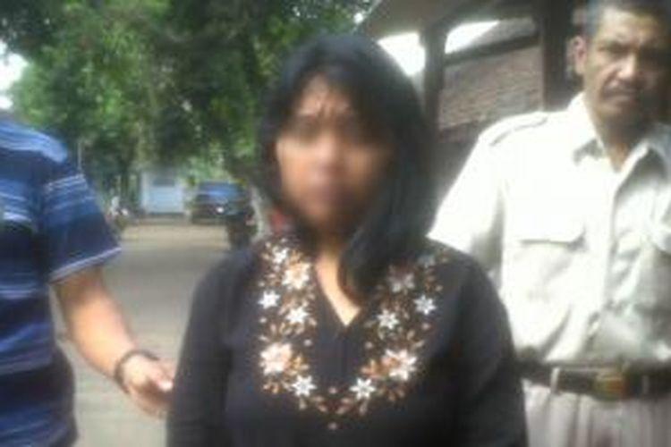 SM (33) (Tengah) Warga Jl Kapten Piere Tendean Lumajang, Jawa Timur, saat diamankan di Mapolsek Tanggul, Kamis (3/10/13).
